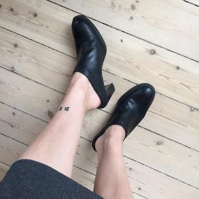 Sorte læder sko med høj hæl. Mærke: Naturalizer. Str. 38. Nypris 850kr. God stand.