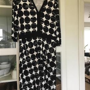 Varetype: Kjole Farve: Sort og hvid Oprindelig købspris: 600 kr.  Lækker Jersey kjole (92% viscose og 8% elasthan). Brugt en enkelt gang, da den desværre er for lille. Falder rigtig flot og er meget behagelig at have på.