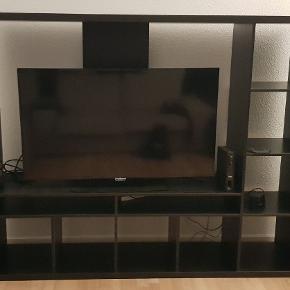 Pæn TV møbel (uden TV) i flot sortbrune farve med masse af opbevaringshylder, fremstår som ny. H148, B182, D40
