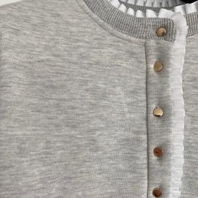 Mega fin sweatshirt fra PBO med fine feminine detaljer. Kun brugt 1 gang, fremstår som helt ny.