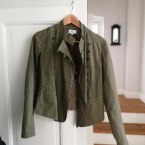 Varetype: Andet Farve: Armygrøn  Jakken er brugt en enkelt gang og er som ny. Farven ser støvet ud på billederne men det er den ikke.