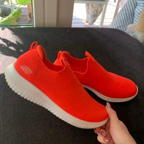 Fedeste sketchers sko i størrelse 37. Helt nye, har brugt dem en enkelt gang til en bestemt anledning. Prismærke sidder stadig i, og sælges da de dsv er for store (bruger 36 normalt). Det er med kæmpe sorg af jeg må sælge dem, da jeg syntes de er mega fede!!