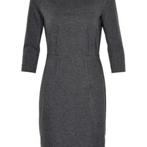 Fin stand. Flot elastisk kjole. Kan også bruges som ventekjole da den sagtens kan give sig på maven. Er grå. Nypris 800 kr