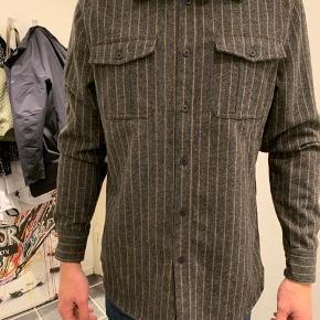 HAN k skjorte, brugt 2 gange  Grå / brun i farven.   Kan bruges både åben og lukket.