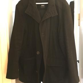 Sælger denne hugo boss herre frakke. Den er brugt men fin. Der er en hul i inderforet, men der kan ikke ses udefra og det er ikke lommeforet der er hul i. Der er altså ikke et hul i lommeforet. Den er lidt stor i størrelsen, og det er ikke en faconsyer frakke. Byd gerne. Ny pris er 2.600kr