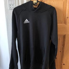 Adidas core trøje med pinagtige langs ærmerne.   Køber betaler fragt!