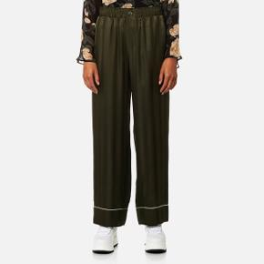 Sælger mine elskede Ganni bukser da jeg må erkende at de simpelthen er for store. Næsten aldrig brugt. 100% silke. Bytter gerne til str 38 eller 36. Kan afhentes på Christianshavn eller sendes med DAO på købers regning. Byd