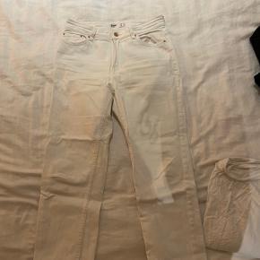 Hvide jeans med lige ben og knappelukning