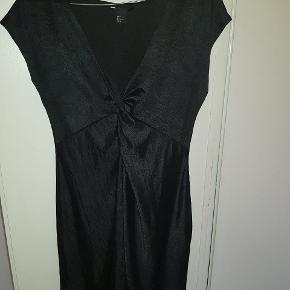 Super fin sort kjole med flot knude-udskæring. Meget fin stand.