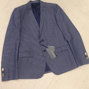 Brand: JOHN BARRITTVaretype: NY MED MÆRKER SMART BLAZER JAKKE Farve: Blå Oprindelig købspris: 2099 kr. Kvittering haves.  BETALING VIA MOBILEPAY!  John Barritt, inspired by the English style, creates a casual and elegant total look for every man. High quality fabrics and sartorial expertise: these are John Barritt's distinctive features that set it apart from its competitors.  JOHN BARRITT MAN JACKET, SLIM FIT, FULL BODY LINING, TWO BUTTONS, DOUBLE VENT, FLAP POCKETS, INSIDE POCKETS. MIX COTTON FABRIC, COLOR BLUE. COMPOSITION 67% COTTON, 14% POLYESTER, 19% LINO.