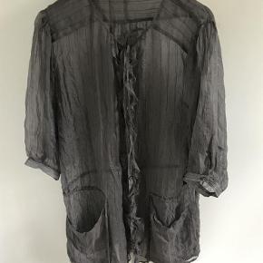 Varetype: Cardigan Farve: Brun  Fin lidt gennemsigtig silkejakke med små striber, 2 lommer, knapper, bindebånd i hals og talje og 3/4 ærmer. Aldrig brugt.  MP kr. 150