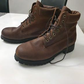 """Timberland  størrelse 44 6"""" premium sko Overdel: læder Ydersål: gummi Snørelukning Brugt kun en gang,sko er som nye."""