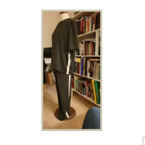 Flot Continue sæt i mosgrønt med stribe på side af buks og bluse.  Brugt 1 gang. Nypris 1400 kr. Bluse L og buks M