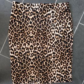Tube nederdel i leopard, går til knæ,lille slids bagpå
