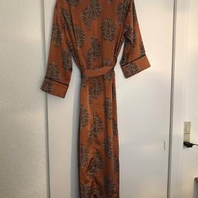 Kimono fra Love & Divine Brugt en enkelt gang så som ny  🌸Ved køb for mindst 50 kr af dameitems må du i dag tage items med for op til 25 kr🌸