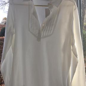 Varetype: Bluse Farve: Hvid Prisen angivet er inklusiv forsendelse.  Brystmål: 50 cm tværs over Længde 61 cm.  92 % bomuld, resten elastan. Krave og manchetter ren bomuld.
