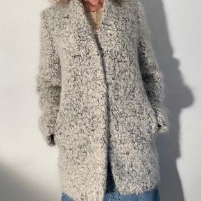 Stella McCartney jakke I lækker uld med lommer og tryk knapper.   Str. 44 - men passer 40-44.   Købt i Paris i Le Bon Marche.   Kvittering medfølger.   Næsten som ny og kun brugt nogle gange.