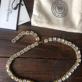 Smuk kæde med sten fra Malene Birger.  Ligger desværre i skuffen og bliver ikke brugt. Brugt en enkelt gang til et bryllup.