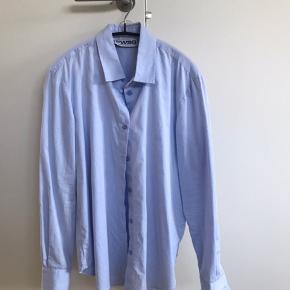 Smukkeste lyseblå skjorte i lækker kvalitet.