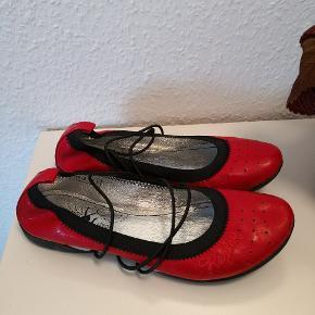 Lækre ballerinaer i ægte læder og gummisål. De har kun været prøvet på og derfor i god stand.  ▪️Sender gerne/køber betaler porto ▪️Returnerer ikke ▪️Køber betaler ts gebyr ▪️Afsender med dao