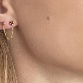 Dobbelte ørestikker (to huller i samme øre)fra Carré … forgyldt sterlingsølv med rød granat og mælket rubin. Kæden mellem de to stikker er 3 cm lang. De sælges stykvis hos Carré, men jeg har til begge ører.