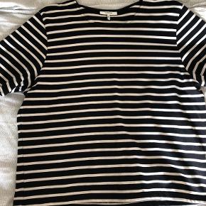 Stribet t-shirt fra Ganni, som kun er brugt et par gange 🐻  Køber betaler fragt🧚🏼♂️