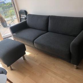 Cleveland 3 pers. sofa fra Ilva INKLUSIV puff. Begge dele i Riviera 51 Antracit stof og krom ben.   Sofa: 208 x 68 Puff: 75 x 60   Sælges helst sammen. Prisen kan selvfølgelig forhandles ved hurtig handel. Skal afhentes!