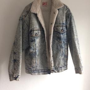Svedig Levi's denim jakke 'til herrer'. En rer stor str. small, og god varm.  Gik med den da jeg var 'lidt mere street', men ser alt for buff ud i den da det er dens 'ting'. :)  Kan også afhentes i nv ✌🏼