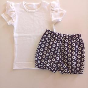 Hjemmesyet sæt str. 92  T-shirt med flæse og bloomers / shorts  Nyt mønster jeg har prøvet, så der kan forekomme lidt skønhedsfejl