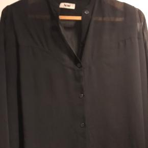Smukkeste oversize skjorte fra Acne. Brugt få gange. Det er en str. 34 men jeg er l/xl og den er stadig oversize til mig 😊 Bud fra 300pp - ved ts handel betaler køber ts gebyret 😊