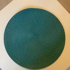 10 runde bordskånere i et flettet mønster.