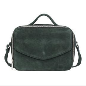 Daniel Silfen taske i ruskind i mørkegrøn farve. Brugt et par gange til shoppeture  #30dayssellout