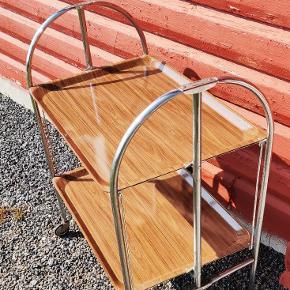 Fedt bakkebord/ barbord som kan klappes sammen med hjul. Bordet er fra 1970'erne og brugt i tyske toge...det har lidt patina