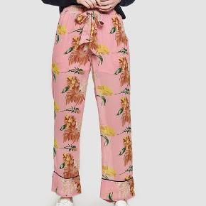 Ganni Marceau Georgette bukser i pink med gule blomster. Str. 34  Np: 1000 kr.  Mp: BYD