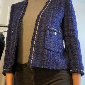 Klassisk tweed blazer, Chanel agtigt, fra Zara. Fine guldknapper som giver den et rigt look. Brugt 1 gang maks. 3/4 ærmer.