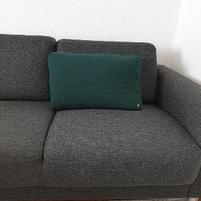 Sofapuder fra Ferm Living  str. 40x60 cm  Mørkegrøn.