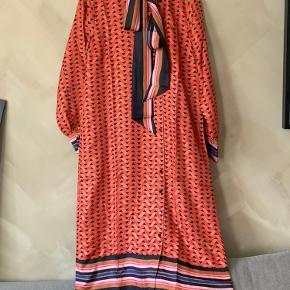 Mega smuk 100% silke kjole i mønster, med bindebånd