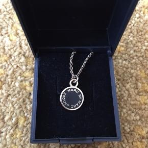 Lækker Marc By Marc Jacobs halskæde i forgyldt sølv.  Kæden er 42 cm lang.   Nypris 600kr