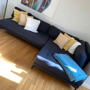 Kæmpe sofa sælges- den kan designes på flere måder, den store del er pakket ind, da den ikke kunne være i min lejlighed. Den er i 3 dele og delene er ikke tunge. Når den er samlet er den meget stor. Passet godt på og ingen husdyr eller røg har den været i nærheden af. Nano effekt. Lav sofa.