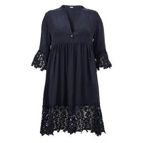 Flot og yndig kjole fra Gustav.  Brugt få gange  Kan også sagtens passe en str. 42 Bryst 112 cm Længde 101 cm