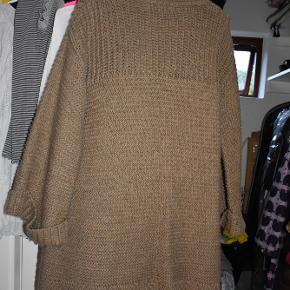 Skøn, chunky, lang cardigan / jakke fra Zaraknit.  Farven er camel.  Perfekt til overgangen som overtøj, og til de kolde vinterdage inden for. Kun brugt få gange.  Materialet er 10% uld, 90% akryl.  Bud fra 150 kr. Bytter ikke!  KH ML :-)