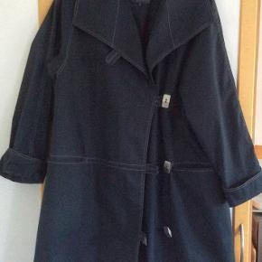 Den flotteste frakke. Der står str S i den, men den er oversize  i str.  Passer en str 38-40 se målene.  Måler fra ærmegab til ærmegab 60 cm. Længden 92 cm. Brugt ganske få gange, er som ny.