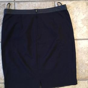 Nederdel med skind front og bagside med strækstof og lynlås.  Som ny  Nederdel med skindfront Farve: Marine