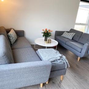 Rigtig pænt møbelarrangement i grå. Indeholder:  3 Pers sofa 2 Pers sofa Puf  OBS: der er få pletter som kan fjernes ved rensning. Vi renser gerne - prisen på 3500kr er fast. Såfremt køber ikke ønsker rensning, sænkes prisen til 3000kr for sættet.  Afhentning hurtigst muligt hvis blive prioriteret højst.