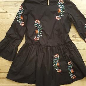 Broderet kjole i vintage stil. Den måler 102 om brystet, 180 i omkreds ved floden og den er 87 lang. Bundfarven er sort.