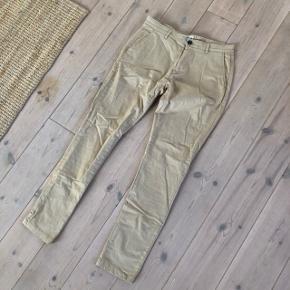 Sandfarvede bukser, mener de er købt i Bertoni. Farven på billederne er lidt lysere end i virkeligheden. Fra mærket MID.MUNK i str. 33/34. De er slimfit og behagelige at have på. Sælges da de er blevet for små. Befinder sig i Aarhus, kan sendes eller afhentes 😃  Kig gerne mine andre annoncer