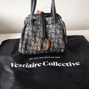 Vintage Dior taske (ægte) i god stand. Tasken har nogle få pletter men er ikke noget man lægger mærke til, den fremstår derfor pæn.  Kan afhentes I Ørestad eller sendes.