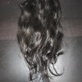 Indisk Virgin hair, 60 cm 200g  Købt for 3000kr for 1 måned siden. Jeg har haft det syet i, i en uge men tog det ud og fik clips på. Det er 3 baner, men kan laves til flere hvis i skiller det ad igen. Det kan også syes i igen. Håret fejler absolut ingen ting. Det er brun/sort.   Skam bud, vil ikke blive besvaret.   Mvh Caroline