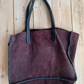 Lækker ruskinds taske med læderhank fra Mango. Kan bruges til skoletaske.
