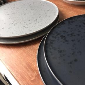Kähler / Studio Arhoj tallerkener. Den store størrelse. 2 stk grå og 2 stk sorte. Sælges helst samlet og kun ved afhentning :)